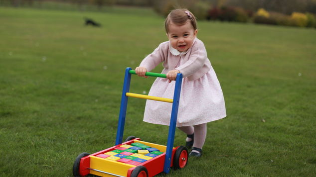 Prenses Charlotte hediye yağmuruna tutuldu