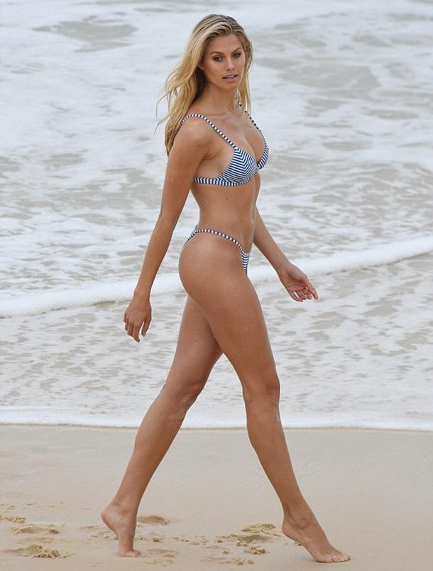 Mini bikinileriyle Sidney plajlarını kasıp kavurdu