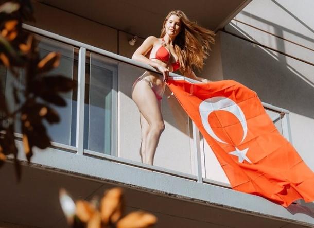 Snapchat fenomeni Amanda Cerny, balkonuna Türk bayrağı asarak gönülleri fethetti.