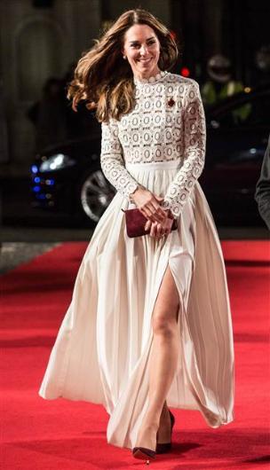 Bir dönem giydiği kıyafetler sıkça eleştirilen Düşes Kate, bu kez de cesur yırtmacıyla gündemde…