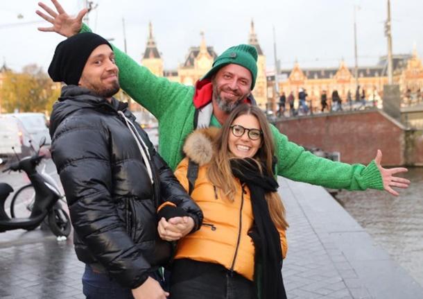 Ünlü şarkıcı Murat Boz, Amsterdam'da vereceği konser için sevgilisi Aslı Enver ile Hollanda'ya gitti.