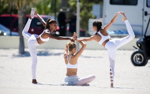 Victoria's Secret Meleklerinden Miami Sahillerinde Yoga