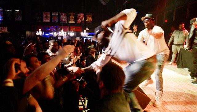 50 Cent Konserde Hayranını Yumrukladı