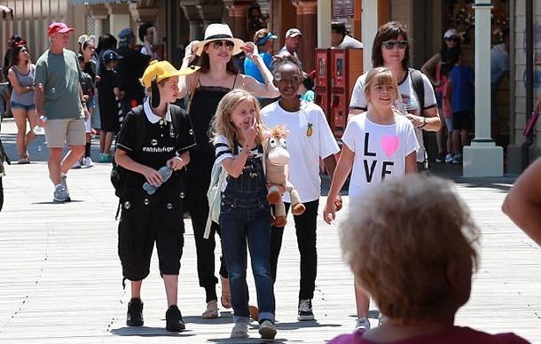 Angelina Jolie İkizlerinin Doğum Gününü Disneyland'da Kutladı