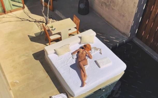 Emily Ratajkowski balayı tatilinden çıplak pozlar paylaştı
