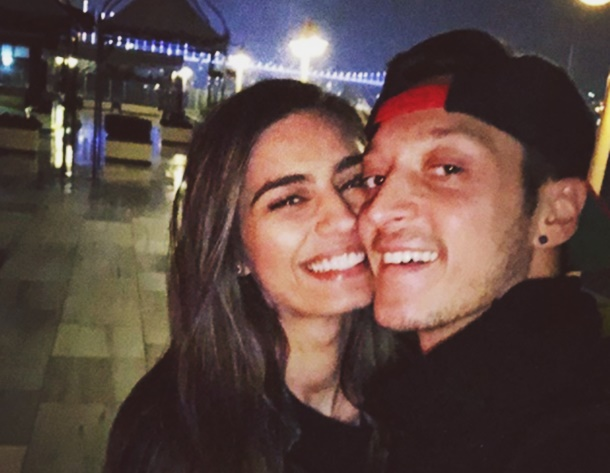 Amine Gülşe futbolcu sevgilisi Mesut Özil şarkı söyledi (Video)