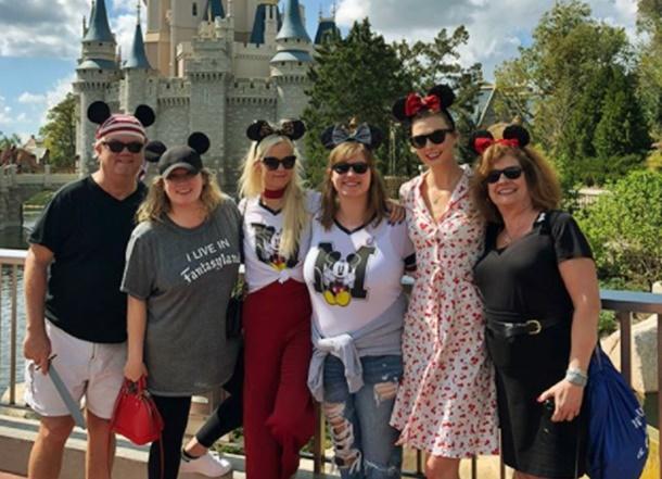 Karlie Kloss kardeşlerinin doğum gününü Disneyland'da kutladı