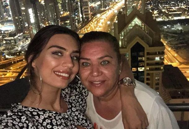 Amine Gülşe annesiyle Dubai turunda