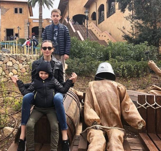 Emina Jahovic çocuklarıyla birlikte Barselona turunda