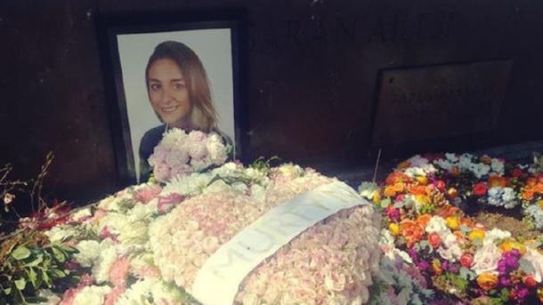 Düğün gününde kızının mezarını ziyaret etti