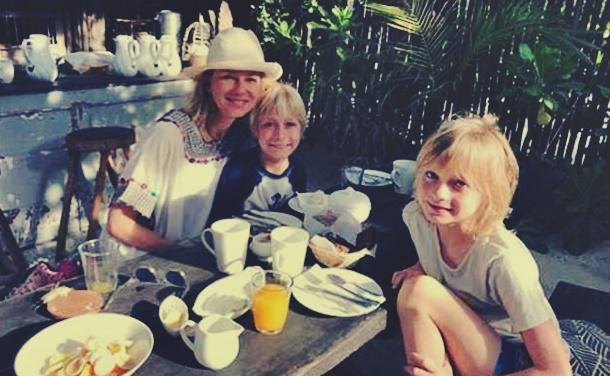 Naomi Watts çocuklarıyla birlikte Meksika tatilinde