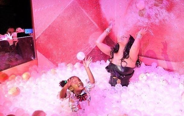 Rihanna Milano'da çocuklar gibi eğlendi