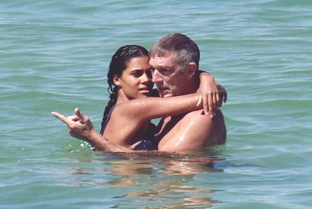 Ünlü aktör genç sevgilisiyle Rio plajlarında aşka geldi